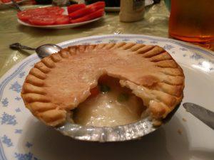 Das gab es letzten Donnerstag als Abendessen: Chicken Pie, also Hühnchenkuchen, eigentlich eine trübe Hühnchensuppe in einer Teighülle.