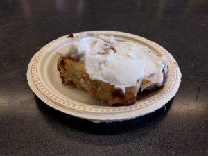 Das gab es am Freitag in der Schulkafeteria: eine riesige Zimtschnecke mit Zuckerguss überzogen.
