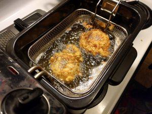 Die Onion Rings in der Friteuse