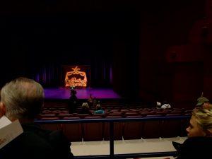 Die Bühne bevor das Theaterstück anfing
