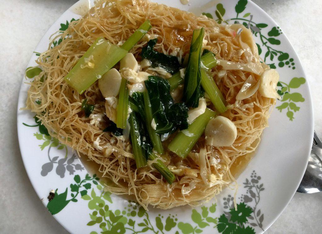 In Öl knusprig gebackene Nudeln mit Gemüse und Tofu in einer gallertartigen Sauce