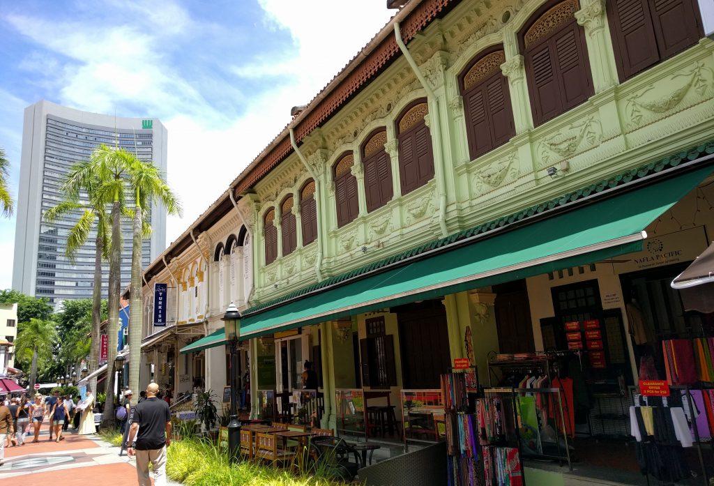 In ganz Singapore ist es auffällig, wie harmonisch sich kleinere alte Häuser und neue, teilweise spektakulär gestaltete Wolkenkratzer, optisch wunderbar ergänzen...