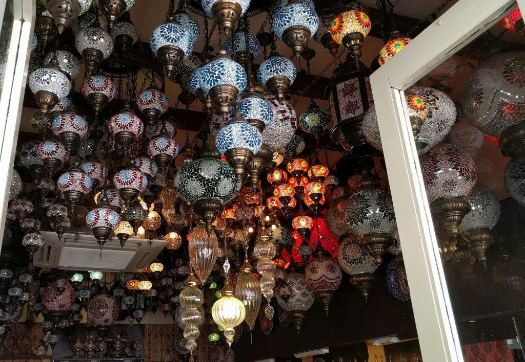 Ein sehr netter in Singapore lebender Türke aus Istanbul verkauft hier wunderschöne handgefertigte bunte Lampen