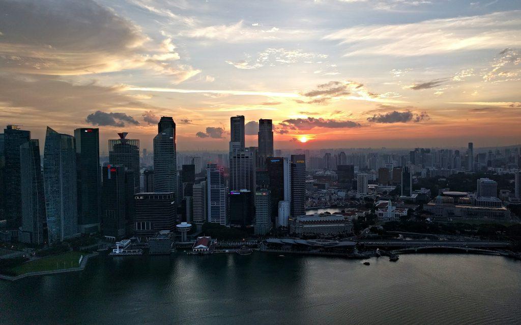 Sonnenuntergang von der Terrasse des Marina Bay Sands aus gesehen
