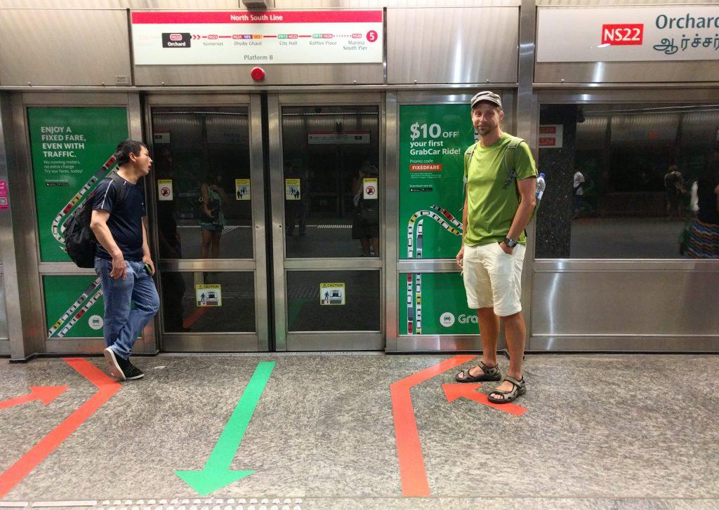 Die MRT, sie U-Bahn in Singapore, ist wirklich bemerkenswert organisiert. Selbst der Einstieg ist auf dem Bahnsteig gekennzeich